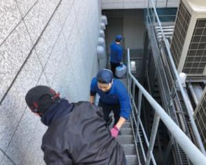 バケツリレーで地下2階の免震室へ移設